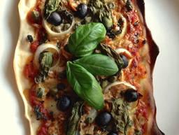 Pizza mit Kapern, Thunfisch und Oliven