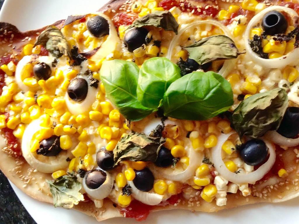Pizza mit Mais, Oliven und Feta