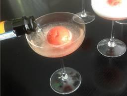 Prosecco mit Erdbeersorbet