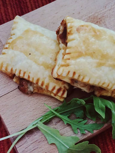 Mozzarella and veggie puff pastry pockets