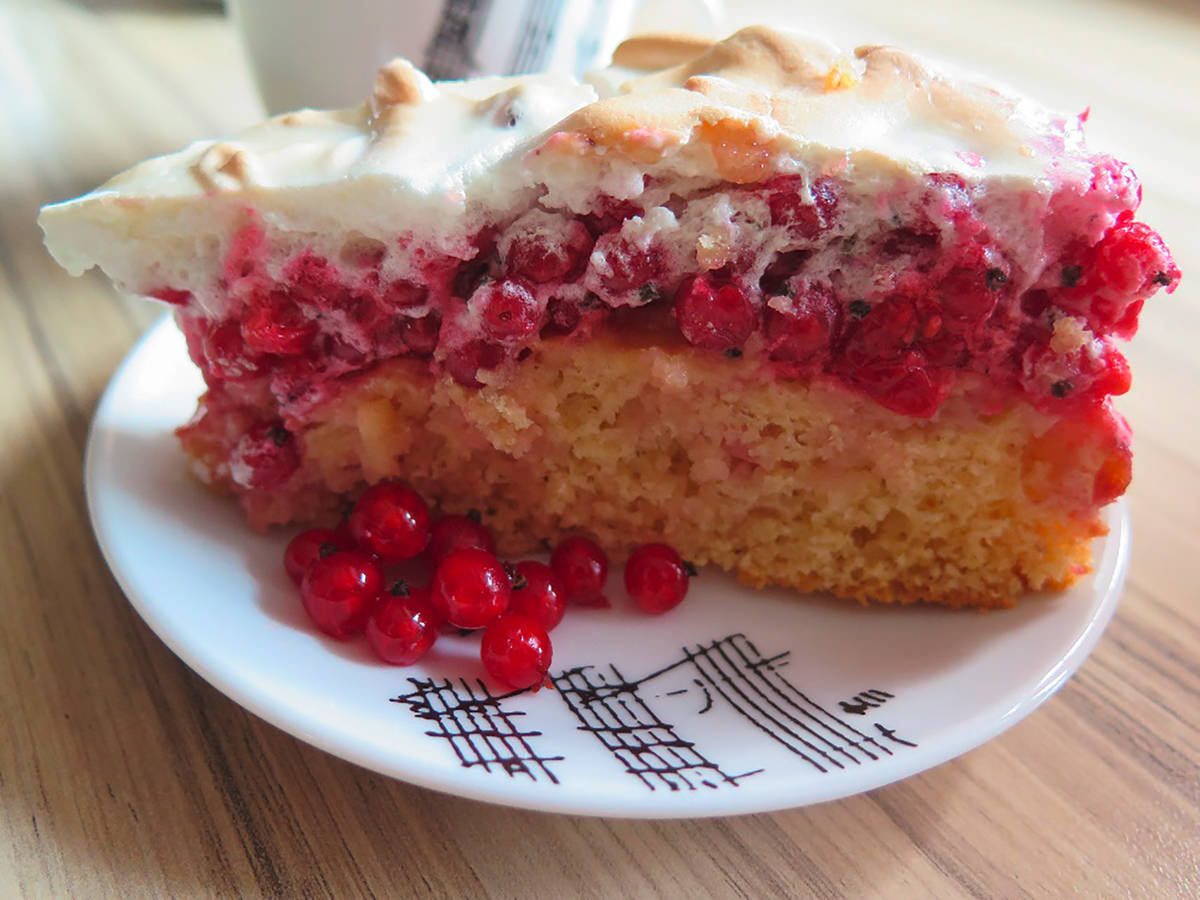 Red currant meringue cake