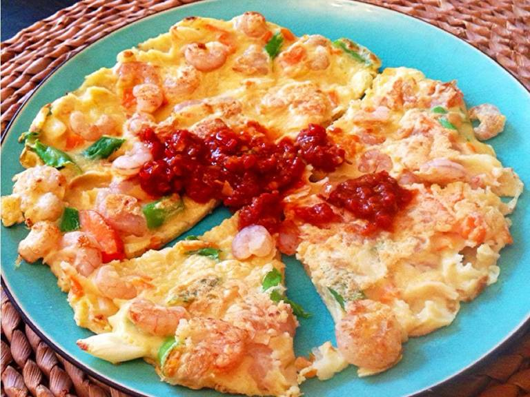 Shrimp pancake with chili sauce