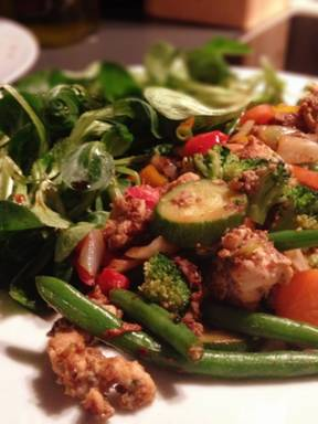 Spicy chicken with vegetables and lamb's lettuce