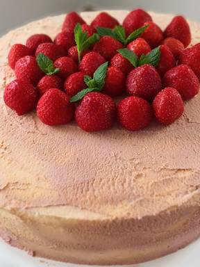Strawberry Pimm's cake
