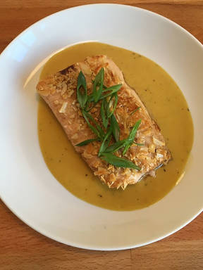 Almond-crusted fish fillet with honey-mustard-sauce