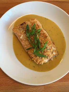 Fischfilet mit Mandelkruste auf Honig-Senf-Sauce