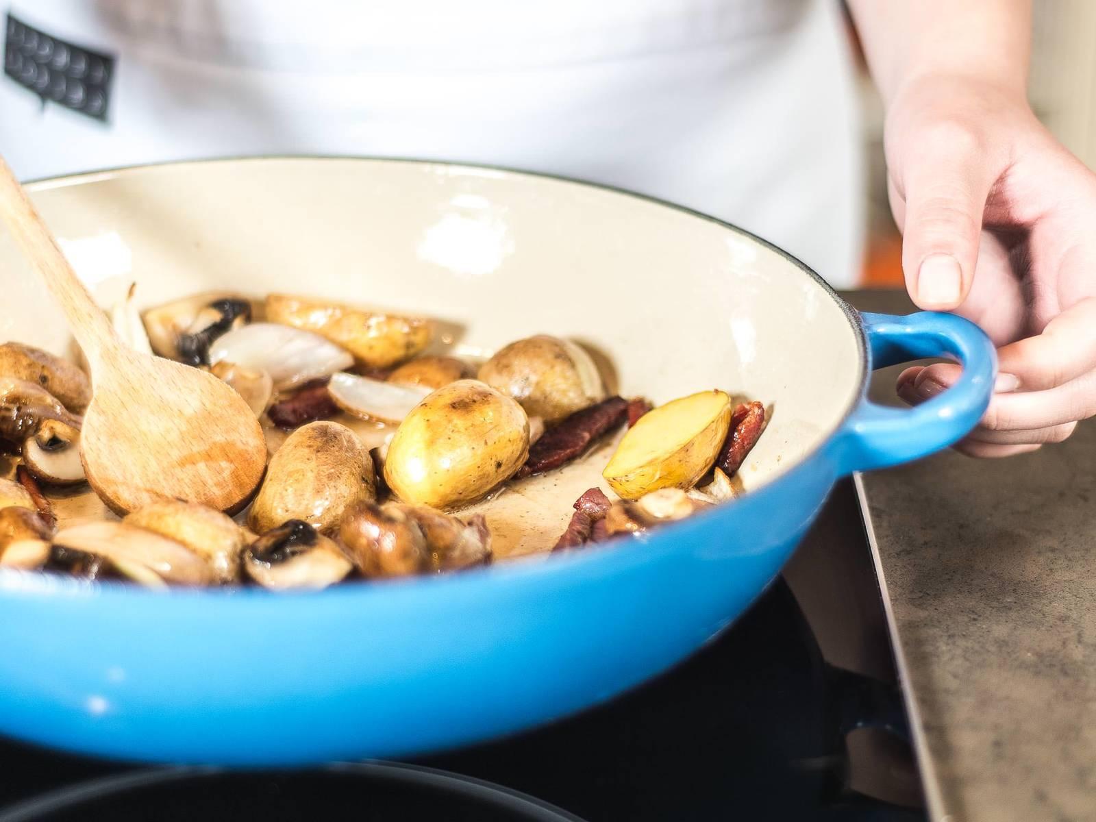 Butter in einer Pfanne zerlassen und darin Speck, Champignons, Schalotten und Kartoffeln anbraten sowie leicht salzen und pfeffern. Anschließend aus der Pfanne nehmen und beiseitestellen.