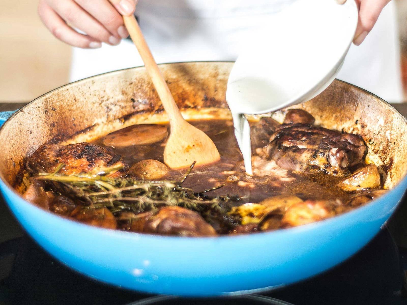 Abschließend die Soße mit Stärke nach Belieben abbinden und bei Bedarf mit Salz und Pfeffer nochmals abschmecken. In einem tiefen Teller oder einer Auflaufform servieren.