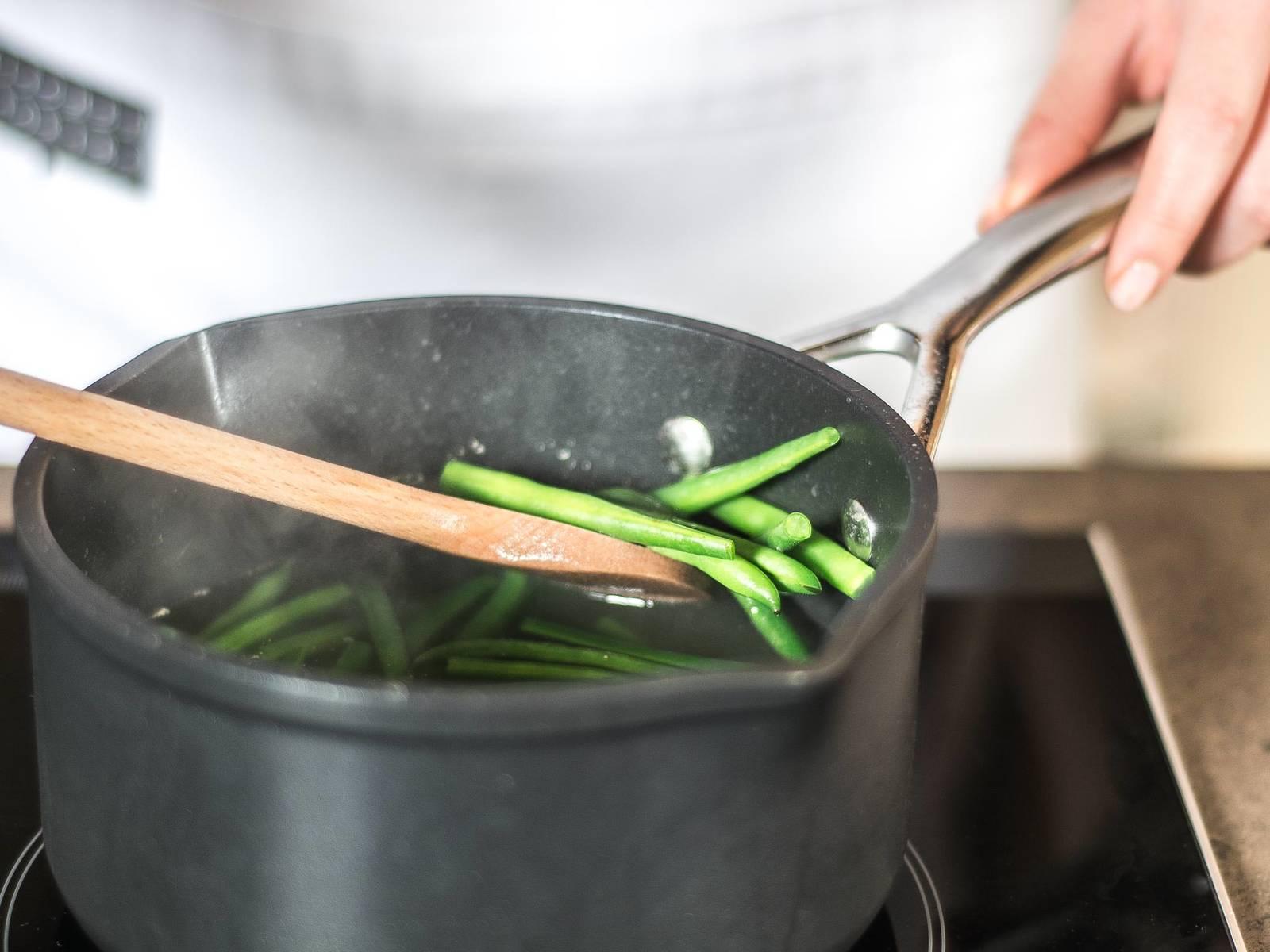 这期间,将豆角去尖,在另一小锅中汆水后备用。