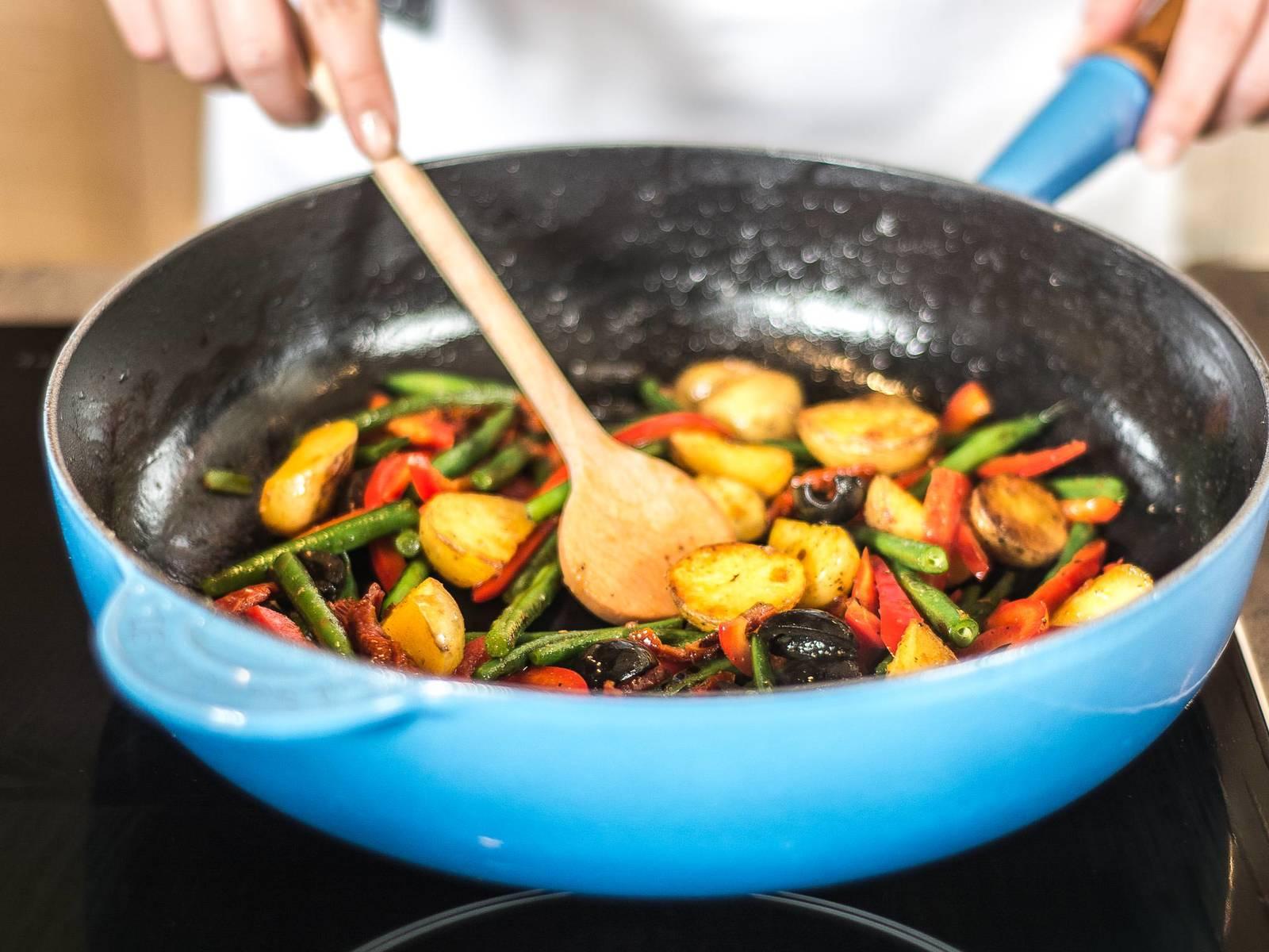 向平底锅中注入少许植物油,加入土豆、灯笼椒、橄榄与番茄干翻炒约2分钟,再加入豆角,继续翻炒并用盐与胡椒粉调味。然后和罗马生菜、黄瓜、红洋葱一起盛入大碗中。