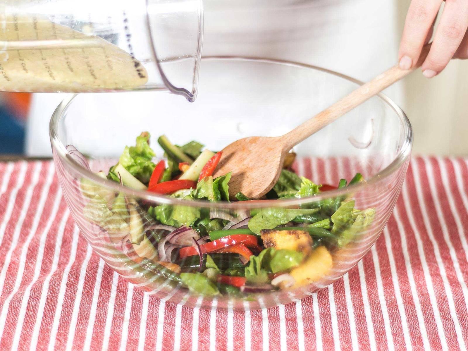向混合蔬菜中加入沙拉调味汁并拌匀,然后分别盛入两个盘中,各放两片红鲻鱼排,煮鸡蛋去皮后切半,每半配一片鳀鱼排也分别放入盘内。趁热享用。