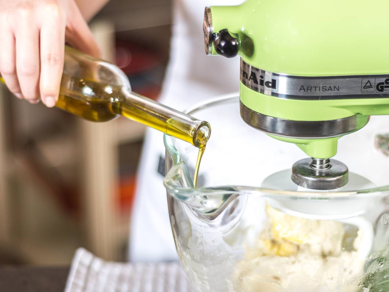 Nun Olivenöl hinzugeben und alles zu einem glatten Teig verarbeiten.