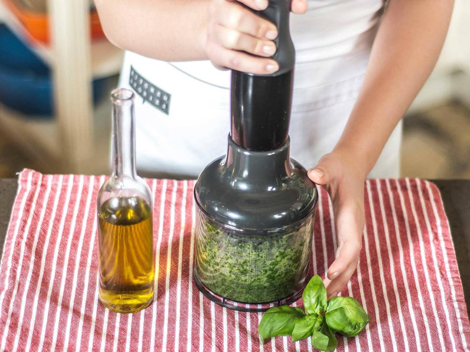 Für das Pesto Basilikum waschen, trocknen und in einer Küchenmaschine mit Pflanzenöl und Salz zerkleinern.