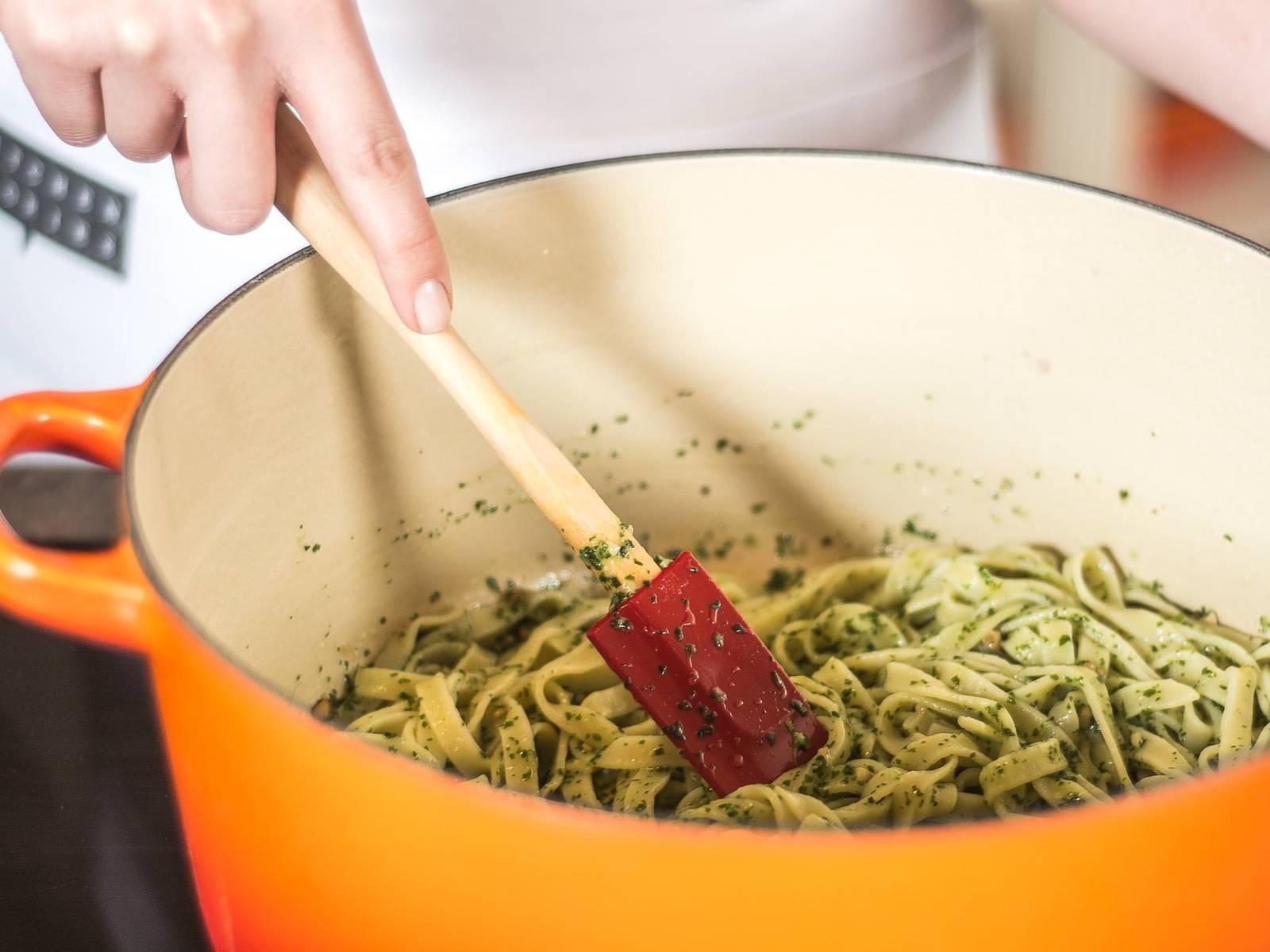 Die Tagliatelle anschließend im Pesto schwenken. Hierfür gern den zuvor genutzten Nudeltopf verwenden. Zum Servieren den geschnittenen Bresaola auf der Pasta verteilen.
