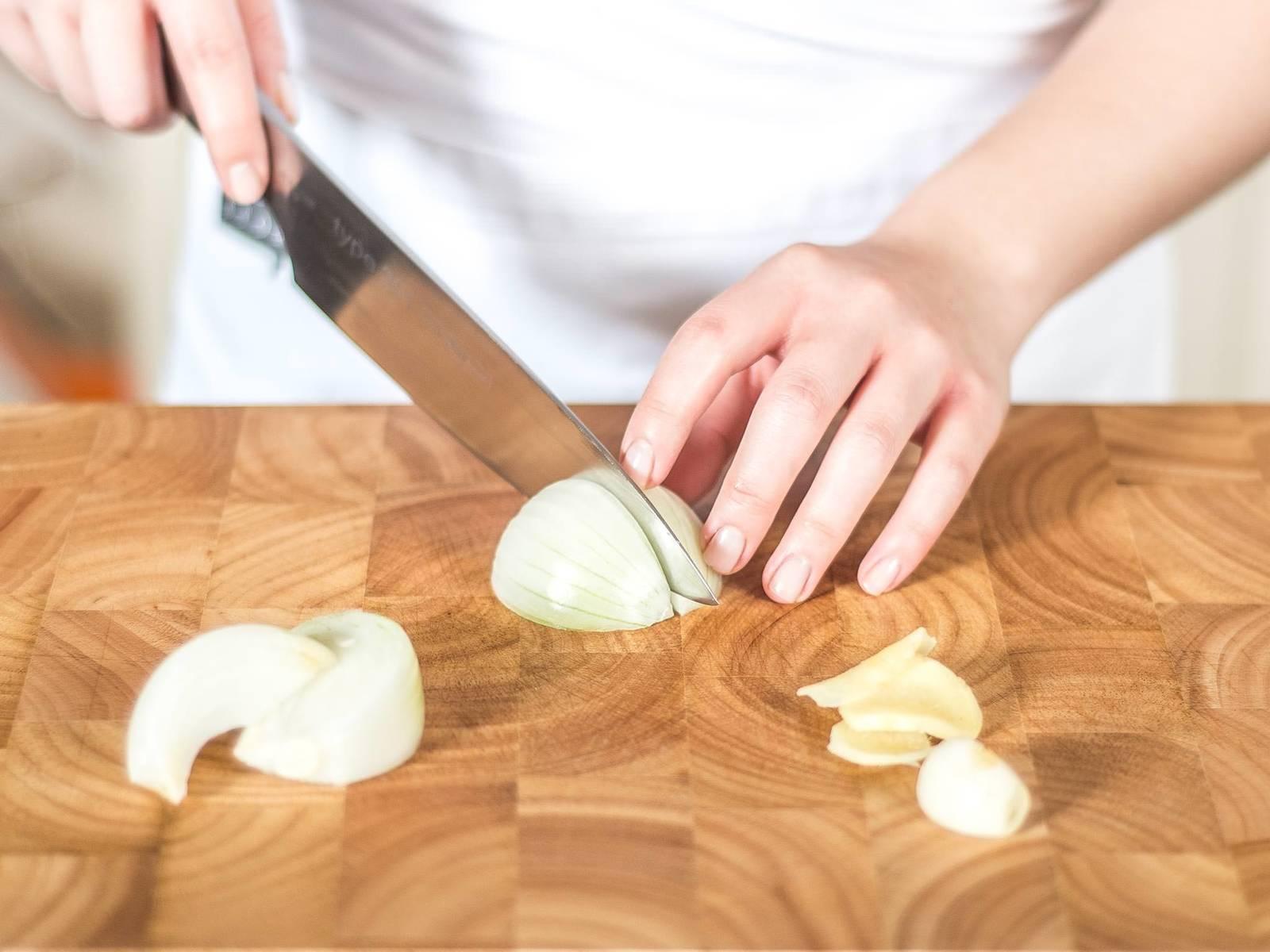 将姜、蒜与洋葱去皮后切块。