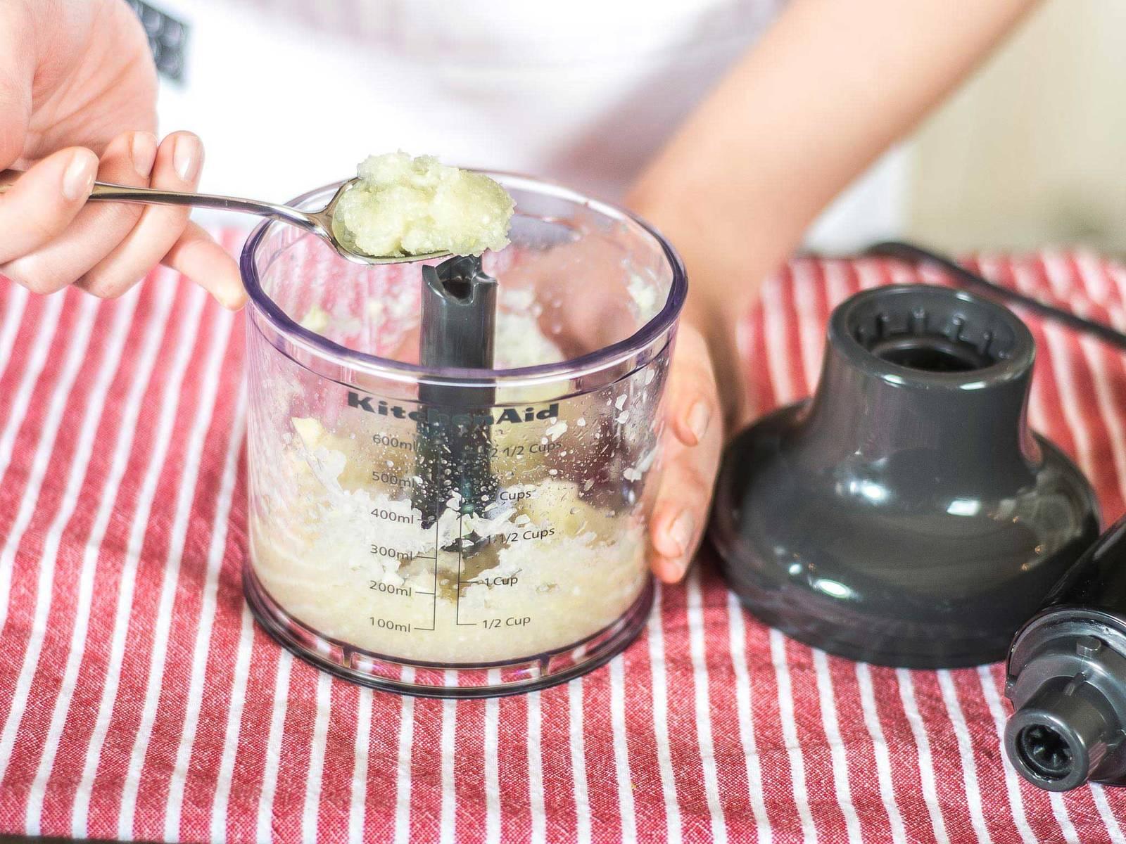腌料做法:将姜、蒜与洋葱放入食品加工机中,搅拌至酱状。