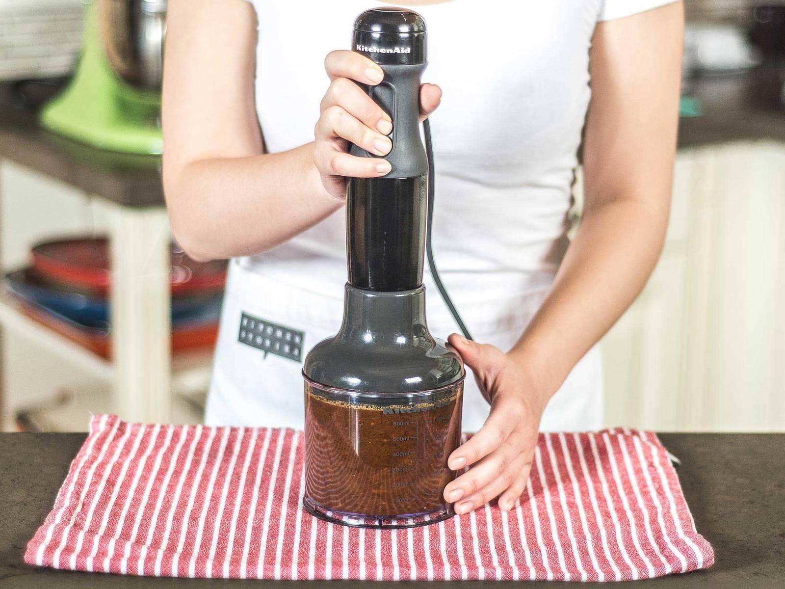然后加入香麻油、鱼露、清酒、酱油、梨汁、糖、盐与胡椒粉,继续用食品加工机搅拌。