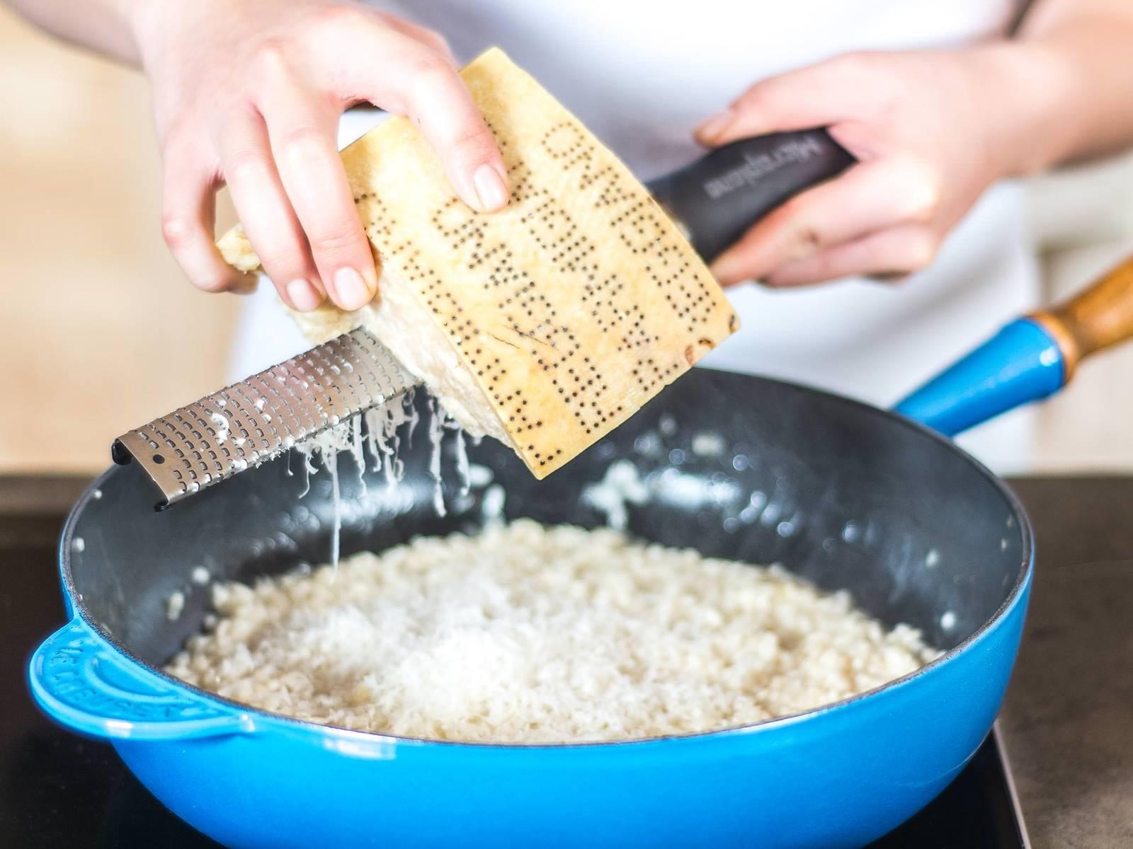 Risotto vom Herd nehmen, Parmesan und Butter unterheben und mit Zucker, Salz und Pfeffer abschmecken. Mit geschlossenem Deckel ca. 2 Min. ruhen lassen. ¾ der gebratenen Pfifferlinge und des Spargels hinzugeben und vorsichtig unterheben. Zum Servieren übrige Pfifferlinge und Spargelstücke auf dem Risotto anrichten.