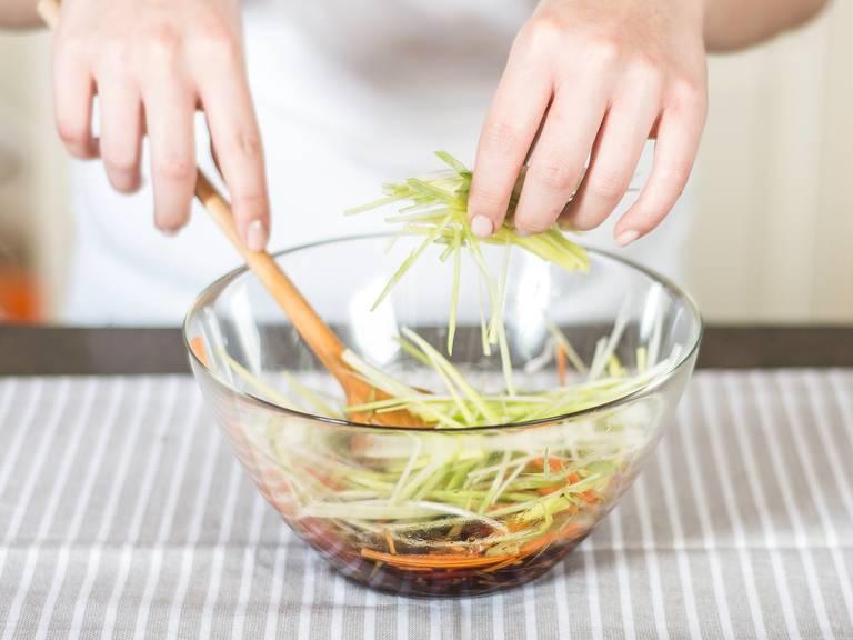 将沙拉酱汁拌入已切丝的蔬菜中。