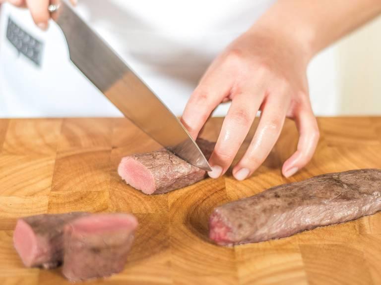 将烤好的鹿肉切片,撒上少许盐与胡椒粉,放入盛有抱子甘蓝菜叶与菜浆的盘中,佐以蔓越莓果酱即可享用。