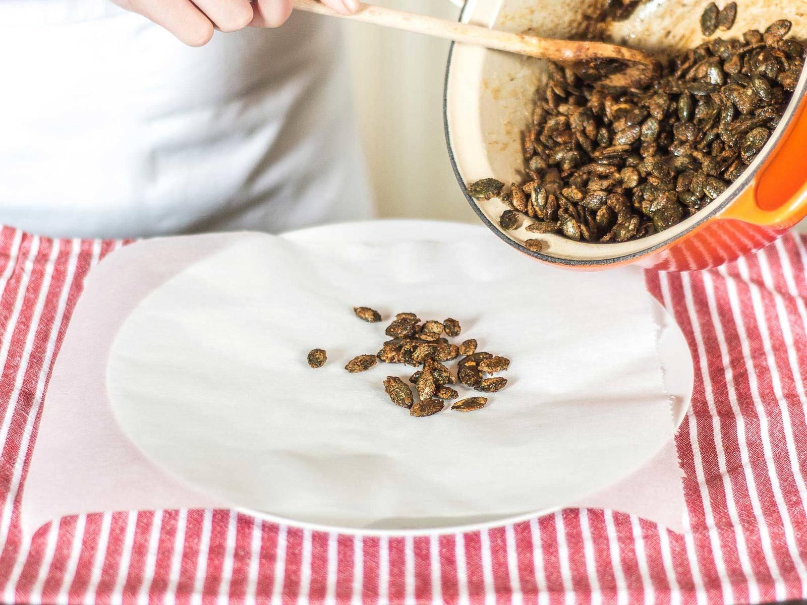 将做好的焦糖南瓜籽放在烘焙纸上冷却。