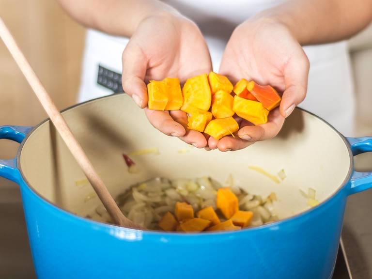向大锅中注入少许植物油,将洋葱,生姜与辣椒煸炒至透明状,然后加入南瓜继续煸炒,并加糖、盐与胡椒粉调味。