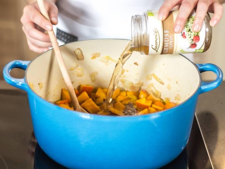 然后加入白葡萄酒与蔬菜高汤,加盖,用中低温煮20-25分钟。