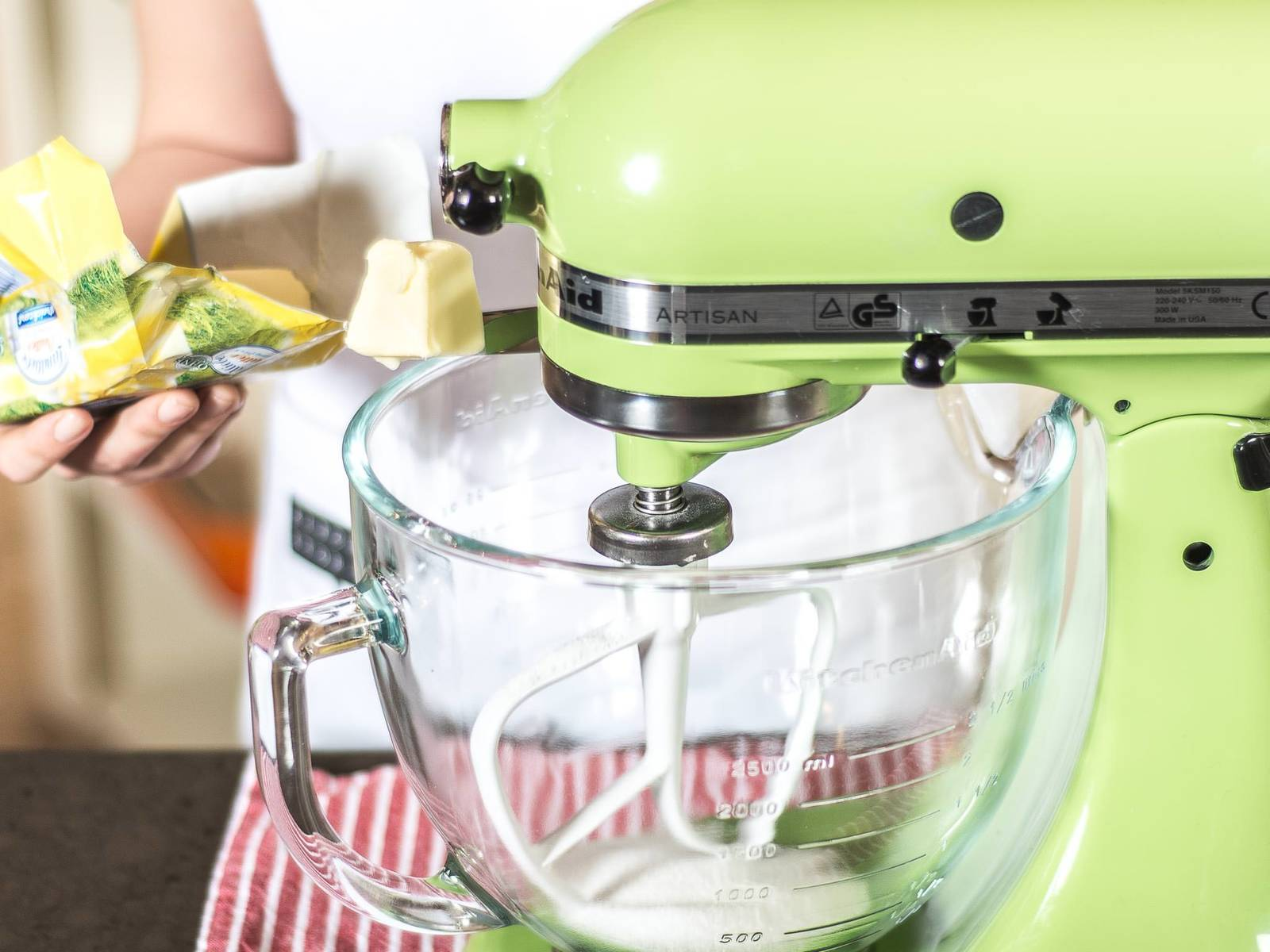 蛋糕底盘的做法:将切成小块状的冷黄油,糖,牛奶与少许盐用搅拌机搅拌均匀。