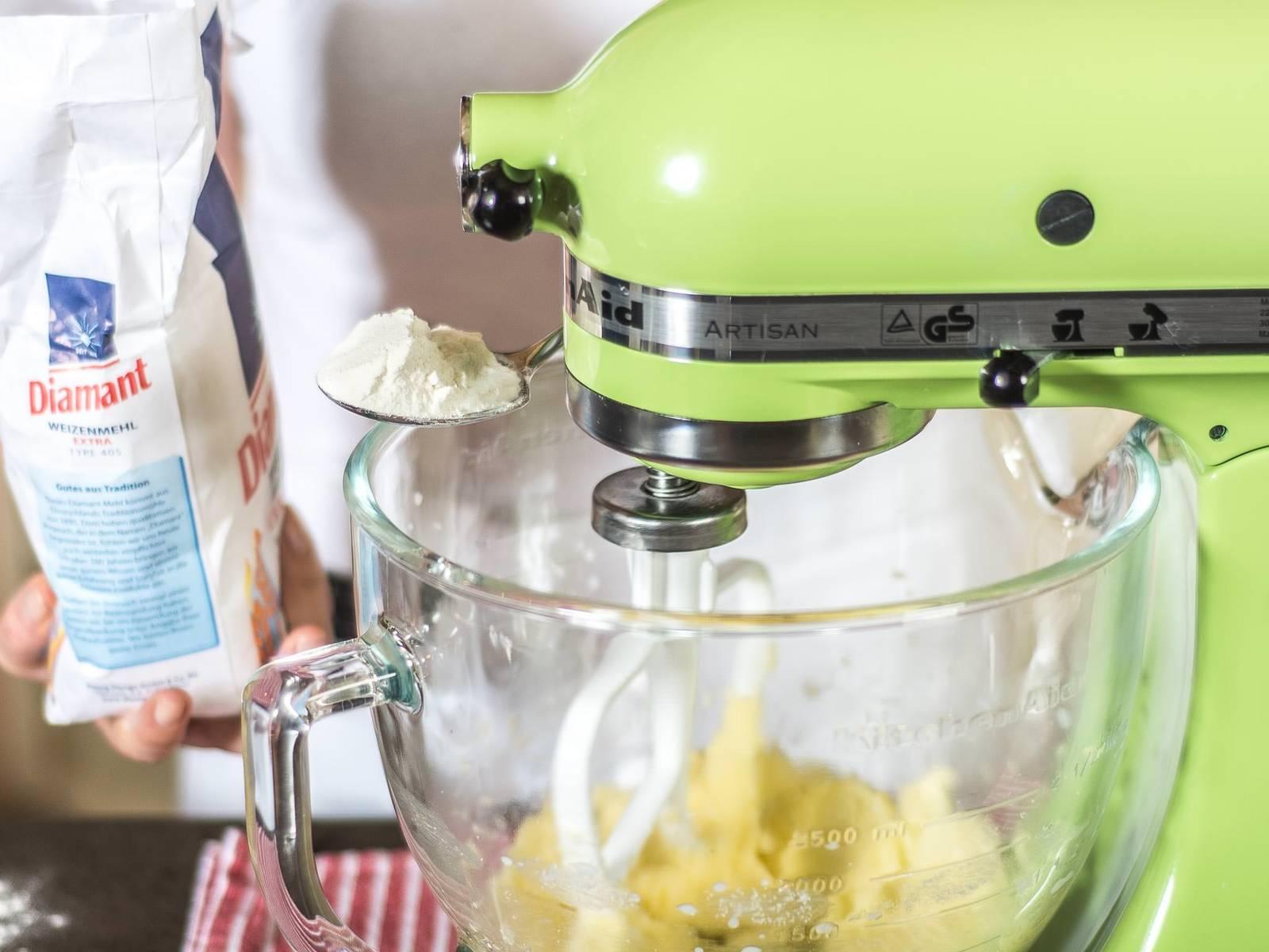 Anschließend Mehl hinzugeben und ebenso mit der Masse verkneten. Den Teig dann mit den Händen glatt kneten, in Frischhaltefolie wickeln und kühl stellen.