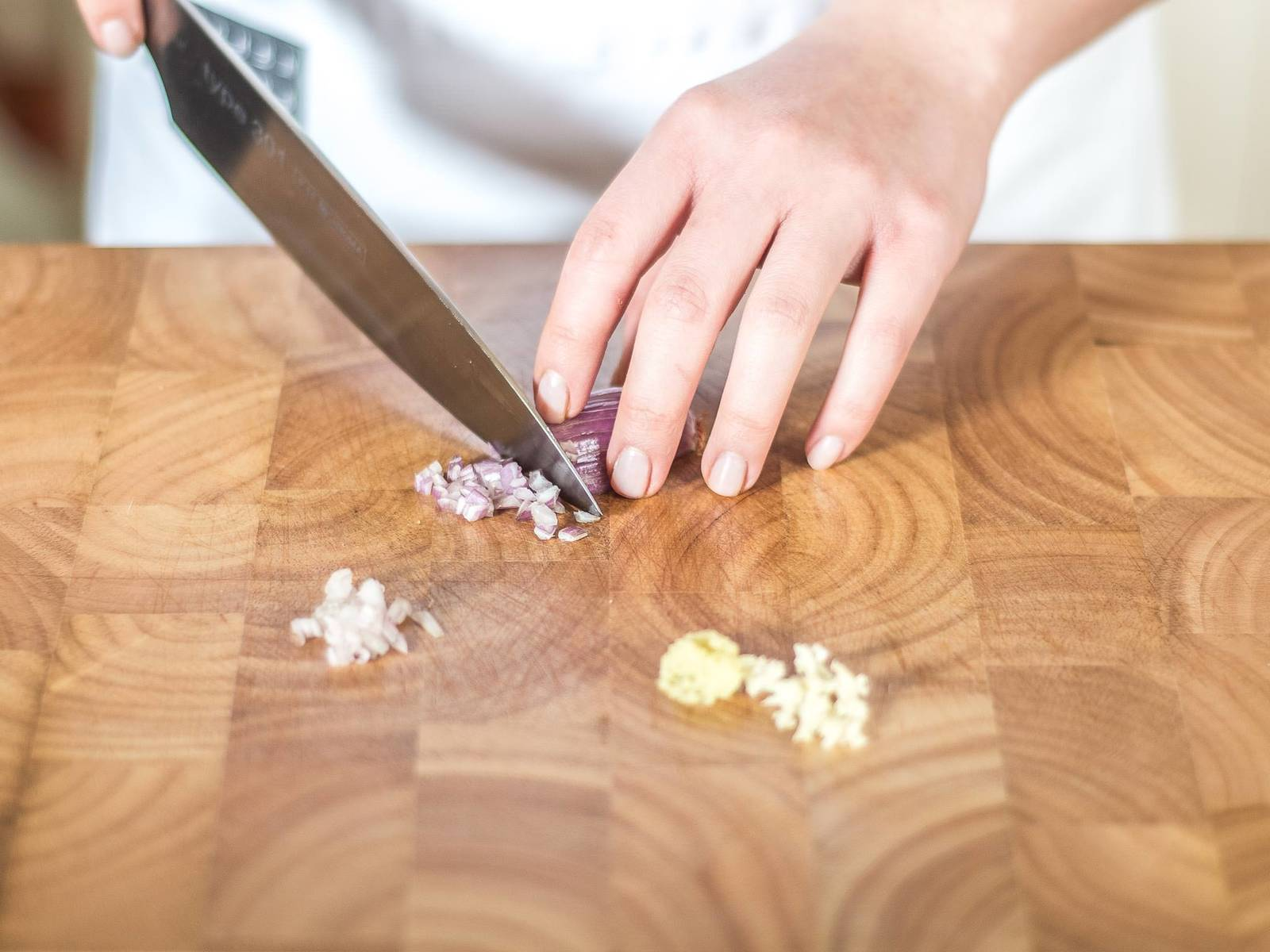 Erbsen auftauen lassen. Chilischote entkernen und fein hacken. Ingwer fein reiben. Knoblauch und Schalotte fein würfeln.