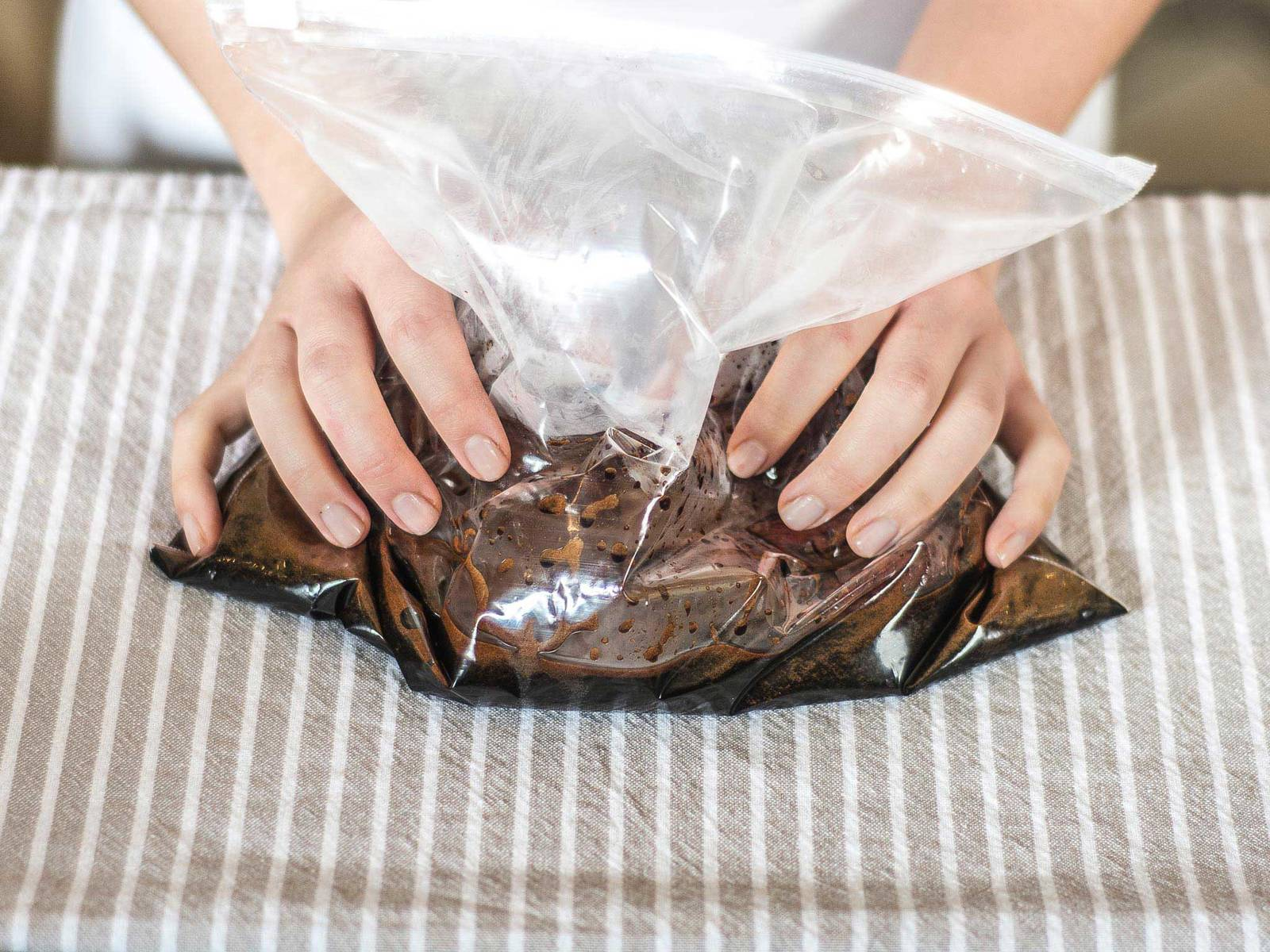 Lammstreifen für ca. 5 – 10 Min. in der gekühlten Marinade einlegen.