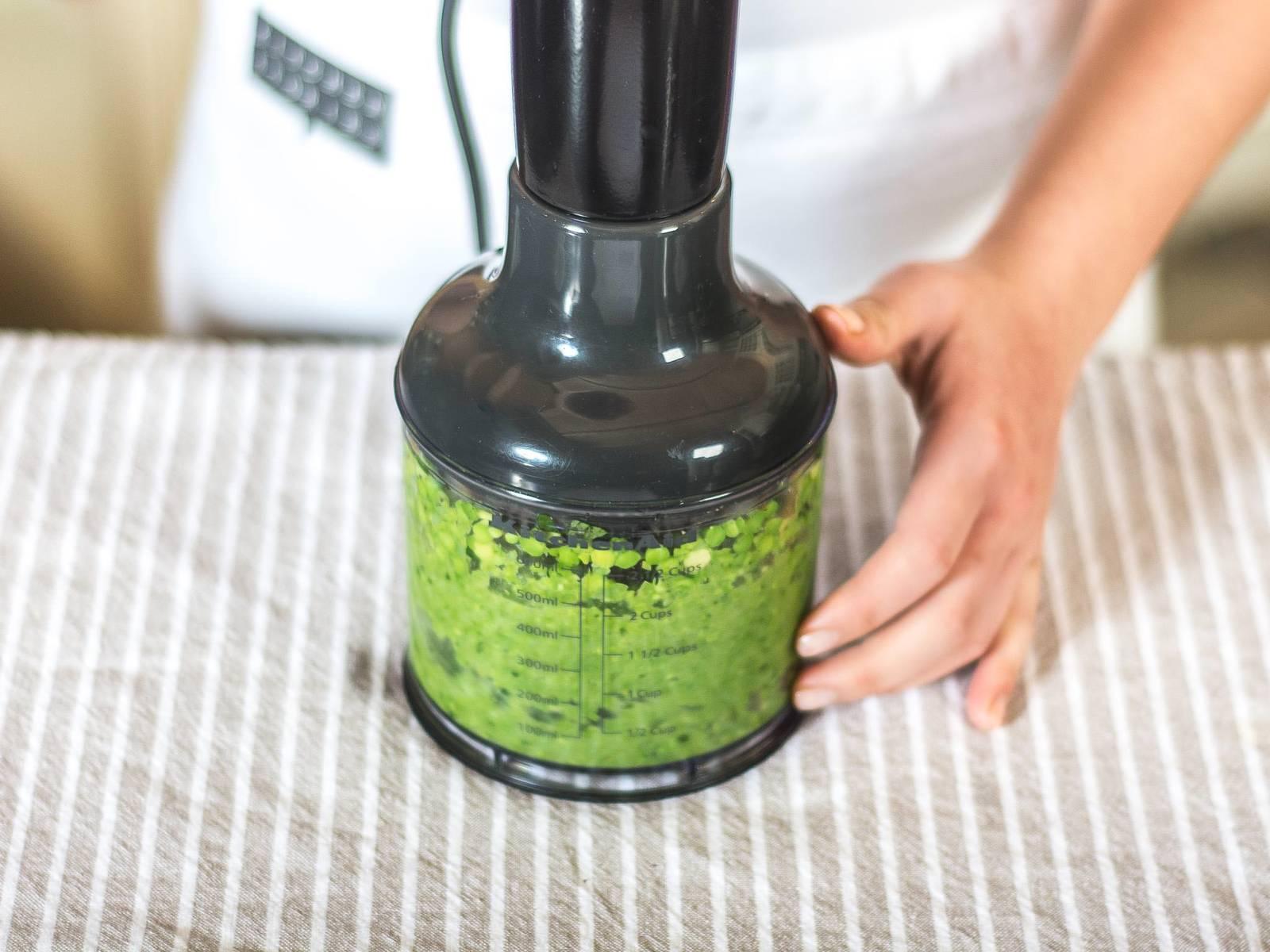 Aufgetaute Erbsen mit Gemüsefond, Minze, Muskat, Salz und Pfeffer in einer Küchenmaschine zu einem feinen Püree verarbeiten. Zum Servieren Lammspieße mit Sesam bestreuen und auf dem Püree anrichten.