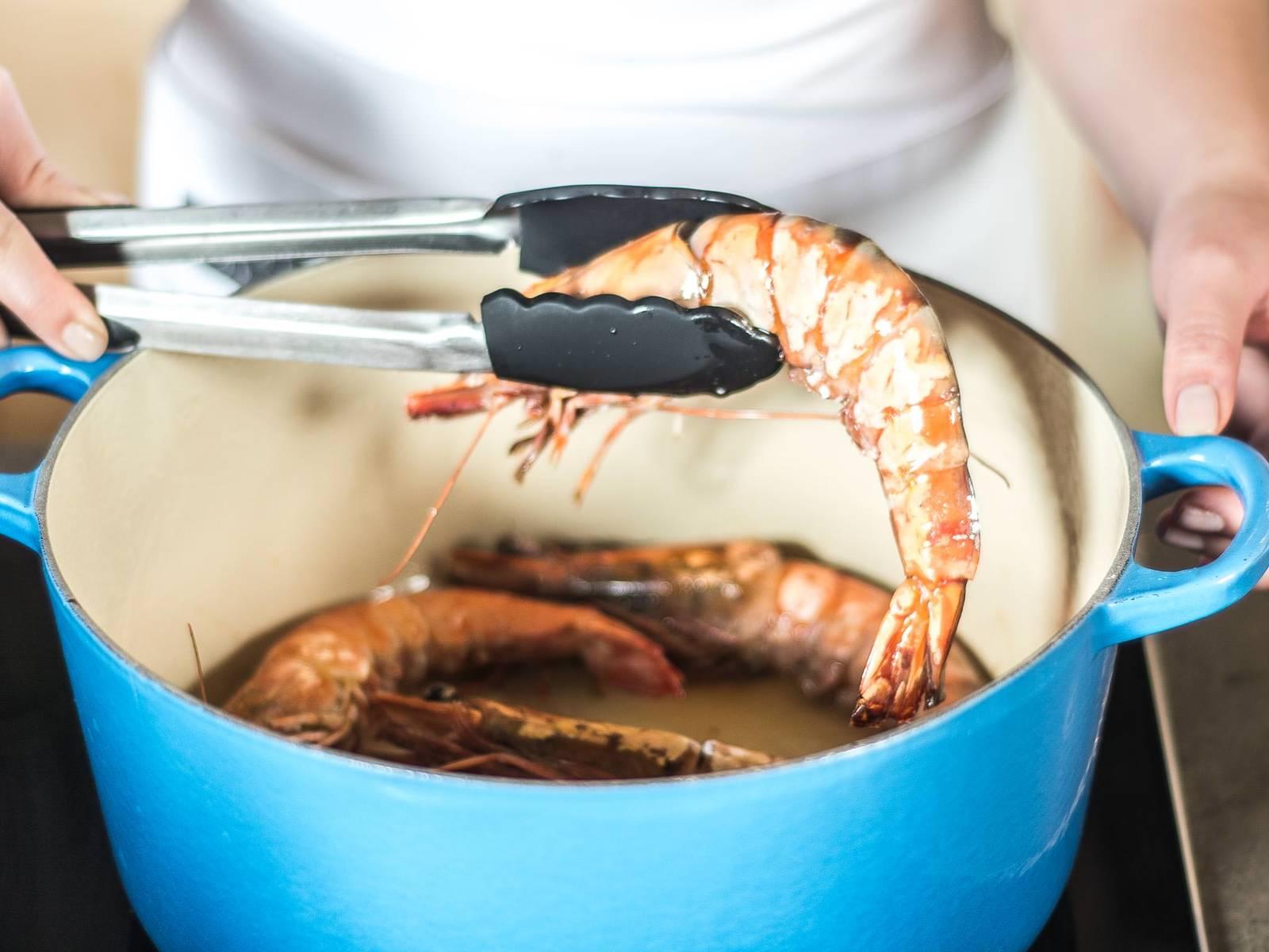 向热锅中注入少许橄榄油,加入大虾与蒜高温翻炒,并加盐与胡椒粉调味。盛出备用。