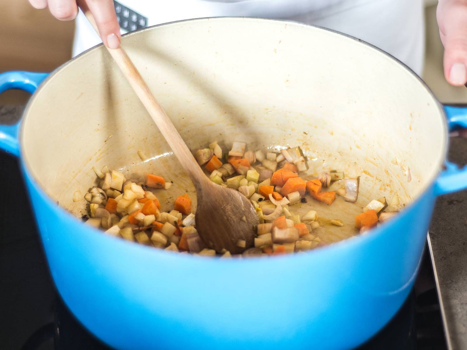 在同一锅中,先翻炒切好的蔬菜,如有必要,添加少许橄榄油。