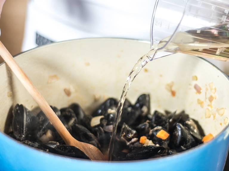 Add mussels and, again, season with salt and pepper. Deglaze pan with white wine and add bay leaf and sprig of thyme. Put the lid on for approx. 5 – 7 min., so that the mussels can open in the steam.
