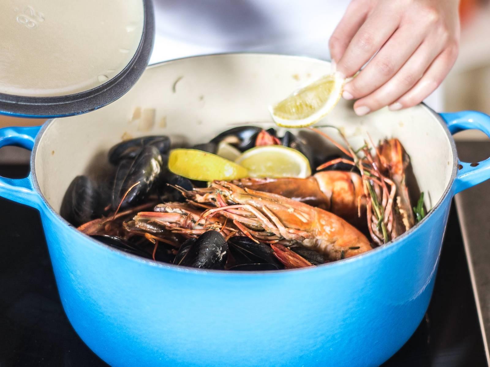 这期间将欧芹切碎,柠檬切成四半。待贻贝开口后,加入欧芹与炒好的大虾,搅拌后,放入柠檬即可。佐以锅中汤汁享用。