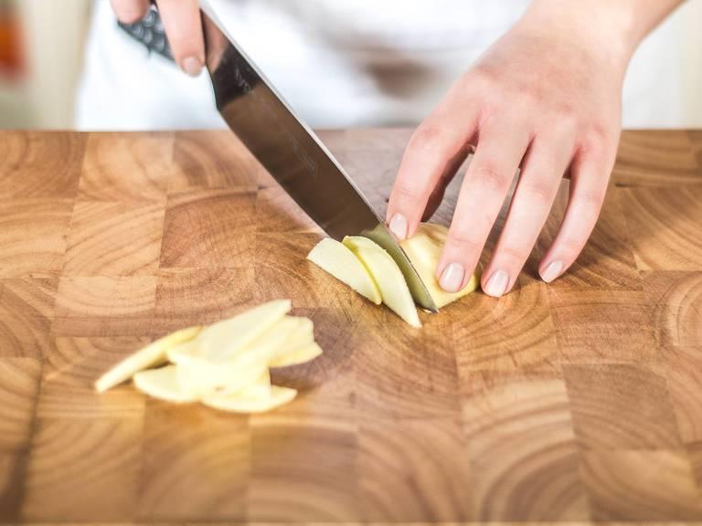 Backofen auf 180°C vorheizen. Anschließend die Äpfel schälen, entkernen, längs halbieren und in dünne Scheiben schneiden.