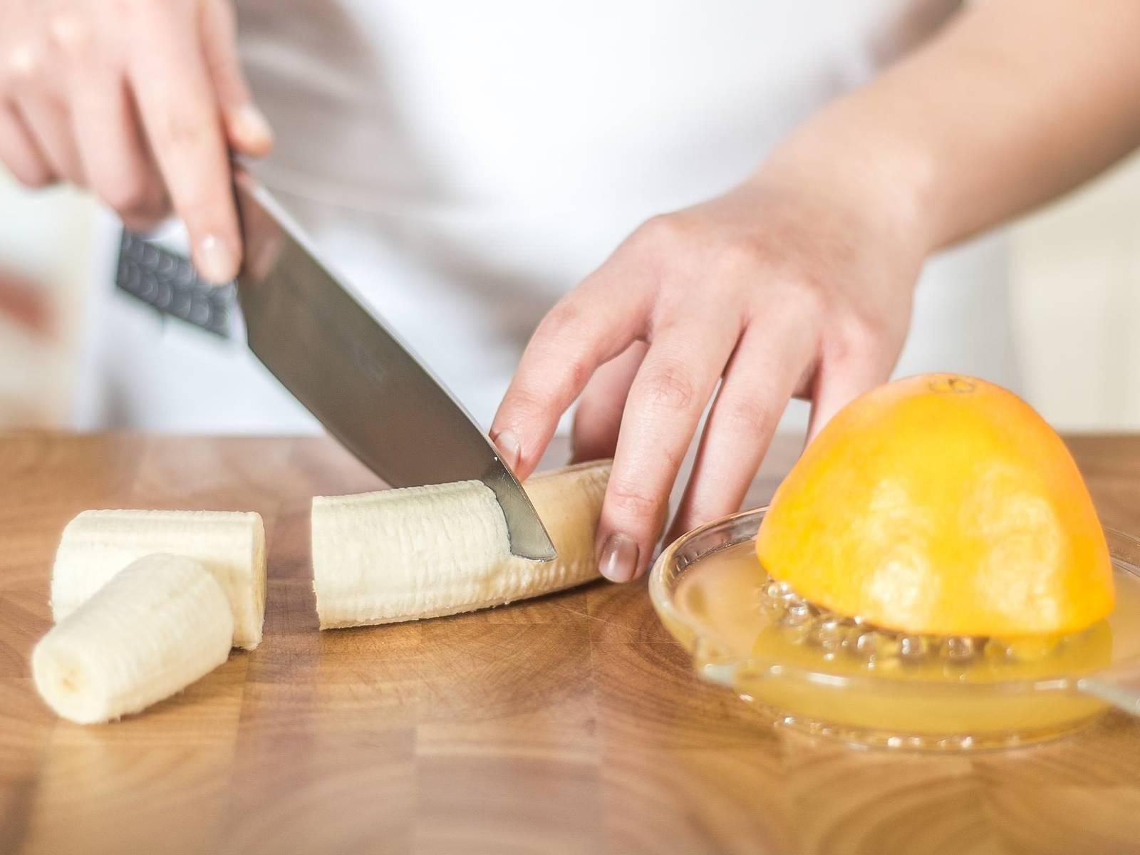 将橙子榨汁,香蕉去皮后切成四段。
