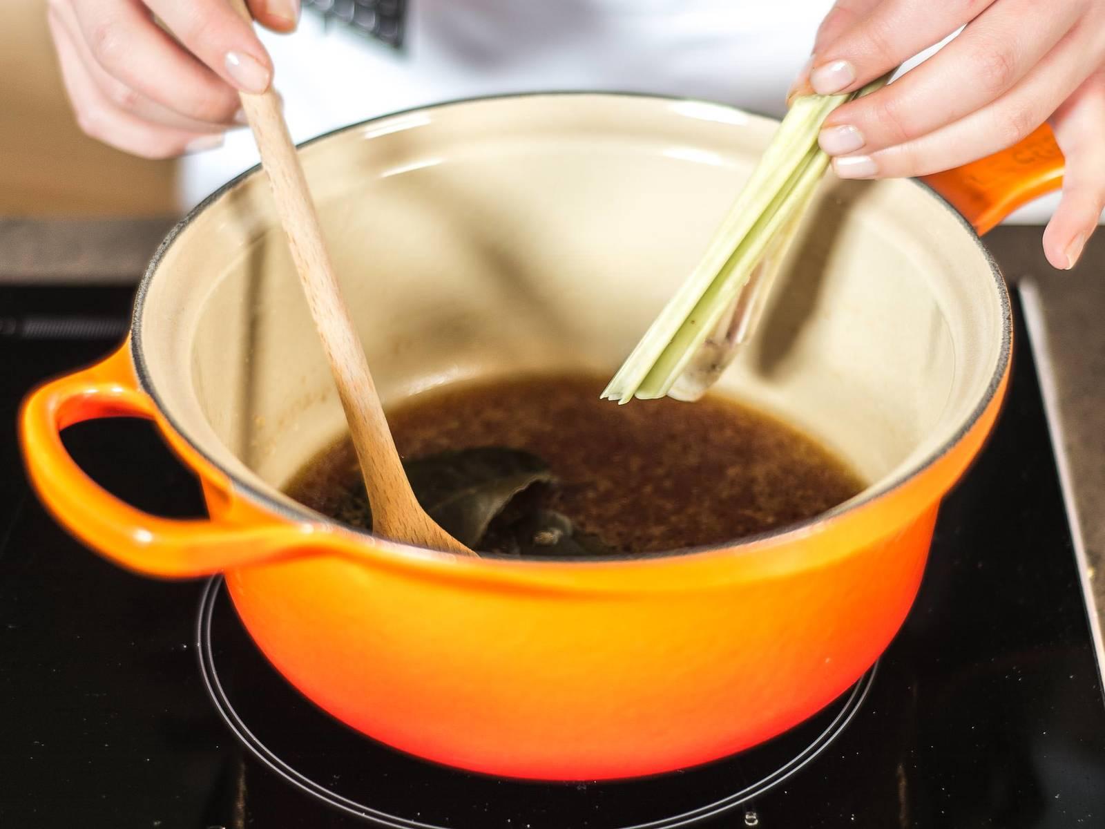 Erdnussöl erhitzen und Knoblauch sowie Ingwer darin anrösten. Sojasoße und Austernsoße hinzugeben und mit Geflügelfond auffüllen. Dann Zitronengras und Kaffir-Zitronenblätter hinzugeben und alles aufkochen lassen.
