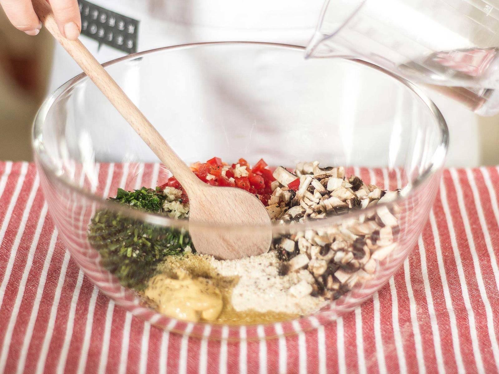 Anschließend in einer großen Schüssel alles mit Semmelbröseln, Senf, Olivenöl, Salz und Pfeffer vermengen. Der Masse ca. 10 ml Wasser hinzufügen bis sich eine streichfähige Panade formen lässt.