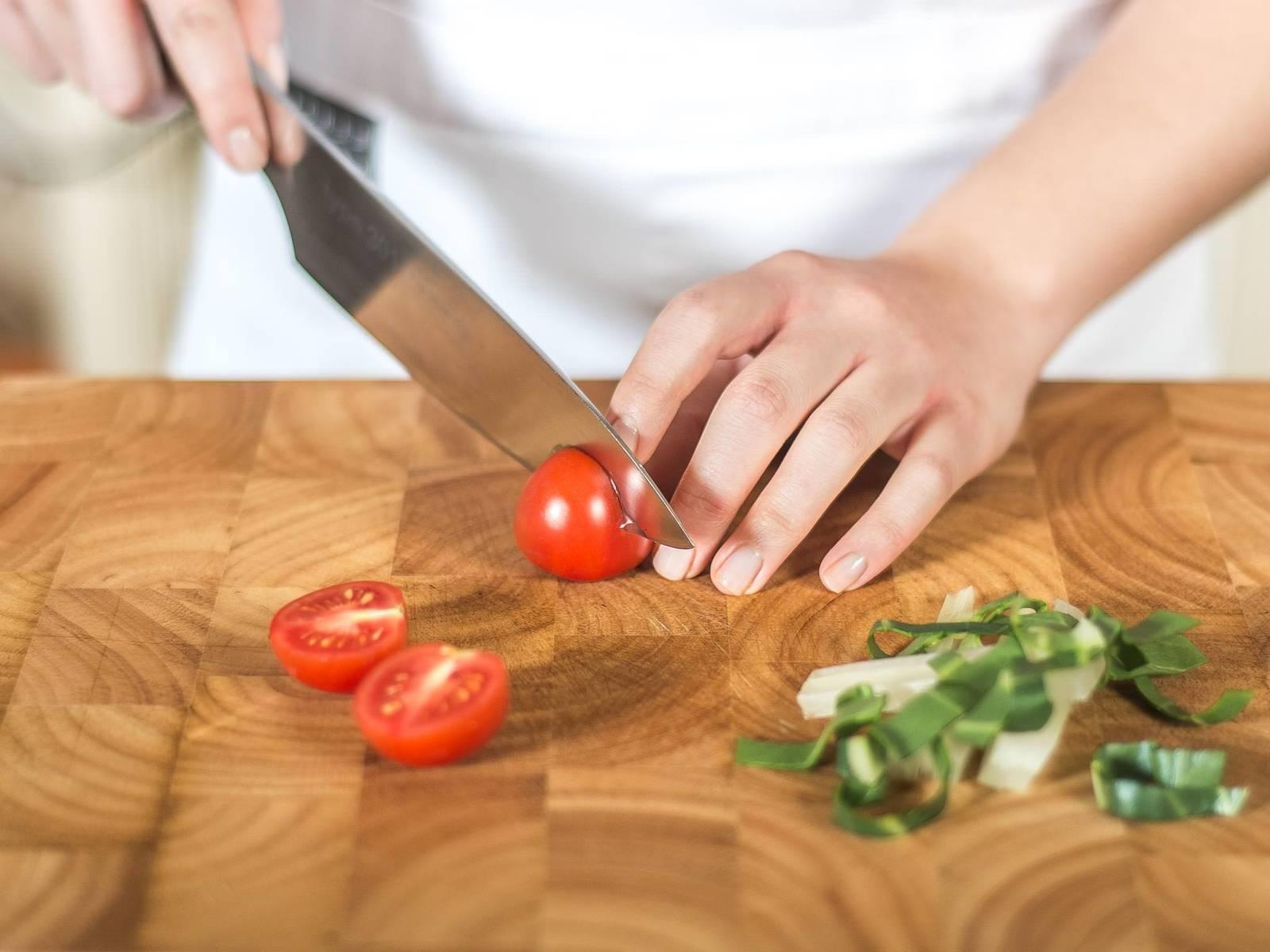 这期间将厚皮菜切丝,樱桃番茄切半。