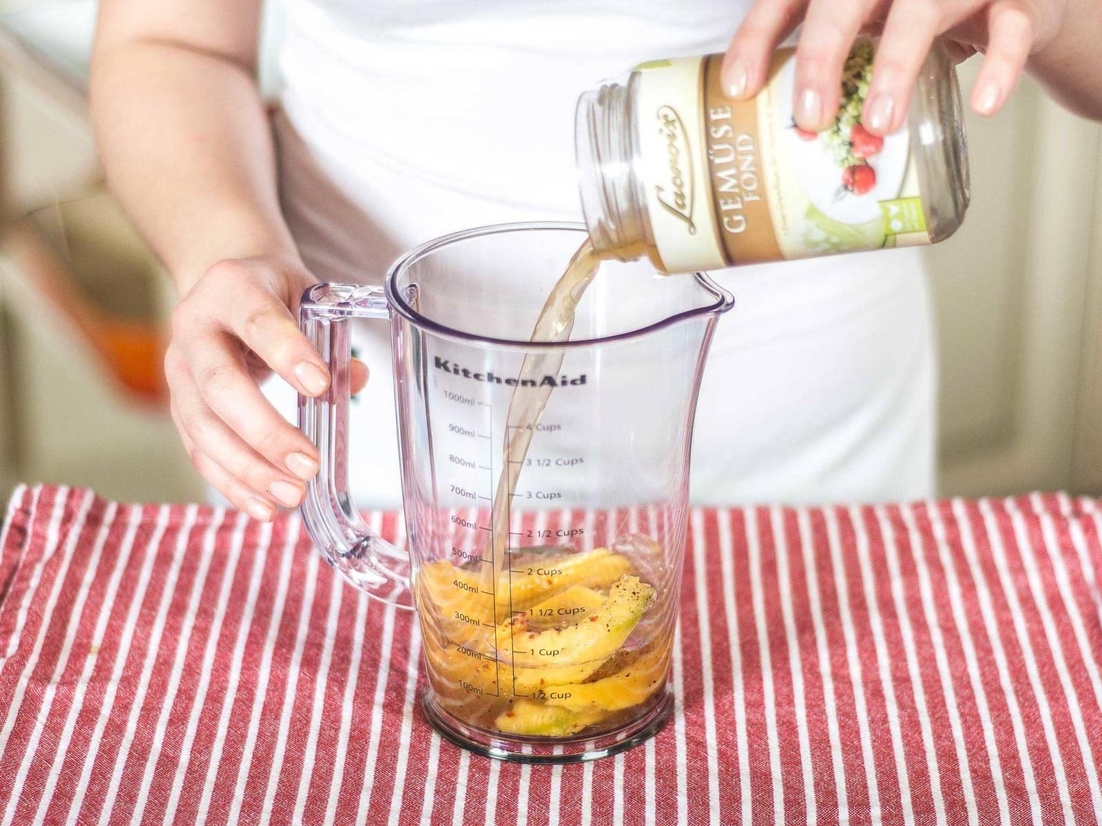 沙拉调味汁的制做:将剩余的芒果、蔬菜高汤、白酒醋、植物油、辣椒粉、少许盐与胡椒粉放入深量杯中,用手持搅拌机搅拌成浆即可。