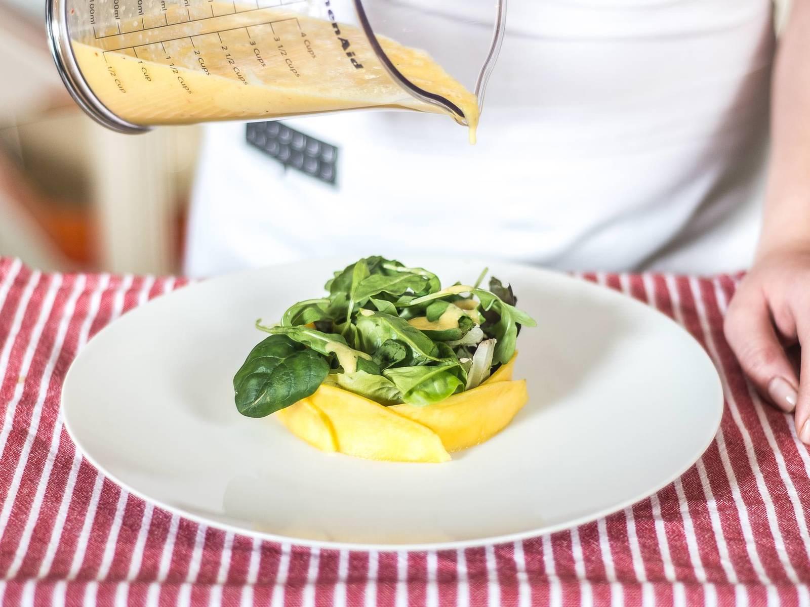 将沙拉菜摆入盘中,淋上调味汁,再撒上烘好的松子仁与爆米花即可享用。