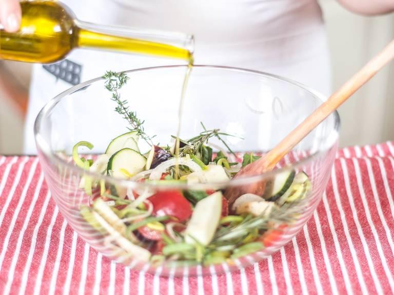 将切好的蔬菜放入大碗中,加少许橄榄油、薄荷、迷迭香、百里香、盐与胡椒粉,搅拌均匀。