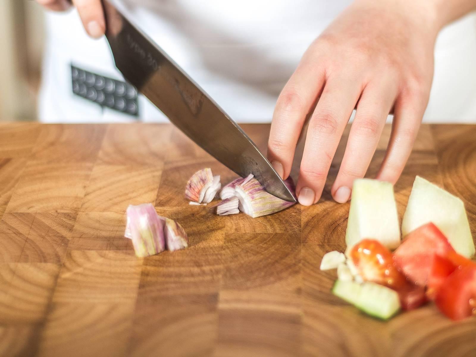 将甜瓜、番茄、黄瓜、灯笼椒与洋葱切丁。蒜切碎,罗勒切丝。