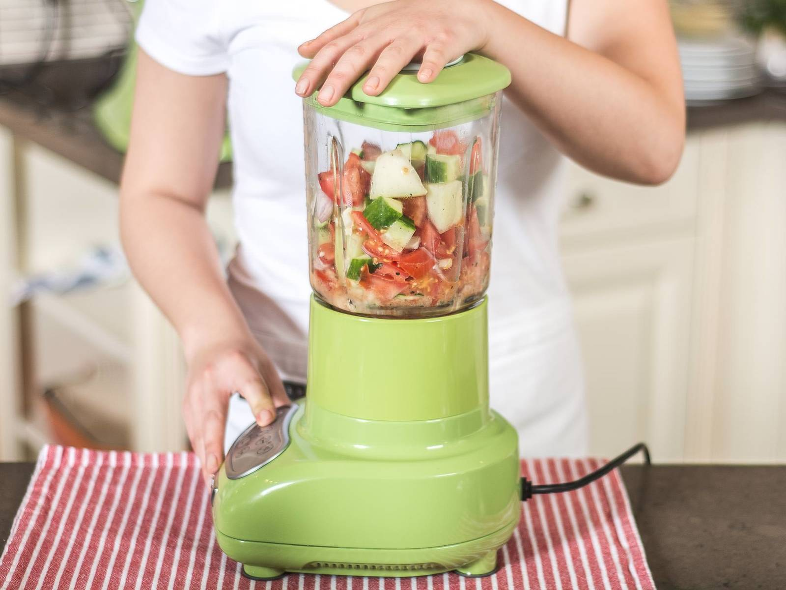 将大碗中的食材放入搅拌机中或用手持搅拌机打碎。如果太稠,可加少许水。