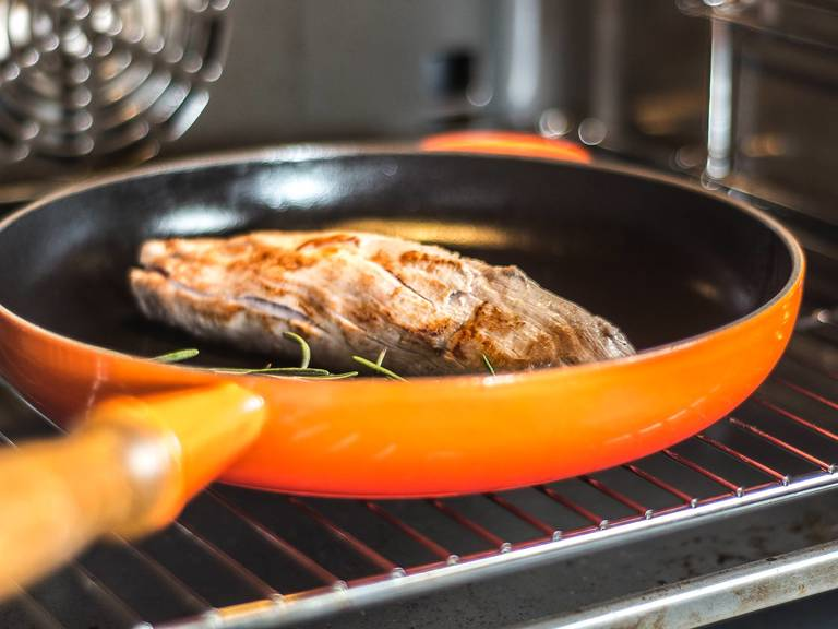 Nun das Filet zunächst aus dem Ofen entnehmen. Den Ofen auf 60°C abkühlen lassen und das Filet anschließend für ca. weitere 10 Min. darin ruhen lassen.