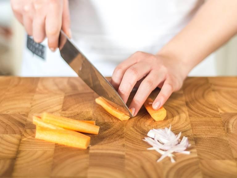 Schalotte in feine Streifen schneiden. Karotten schälen und der Länge nach vierteln.