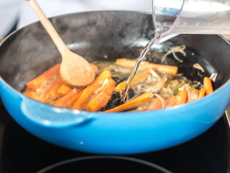 Schalotten in etwas Pflanzenöl glasig anschwitzen. Die Karotten hinzugeben und ebenso anschwitzen. Anschließend mit Mineralwasser ablöschen und mit Zucker, Salz und Pfeffer würzen.