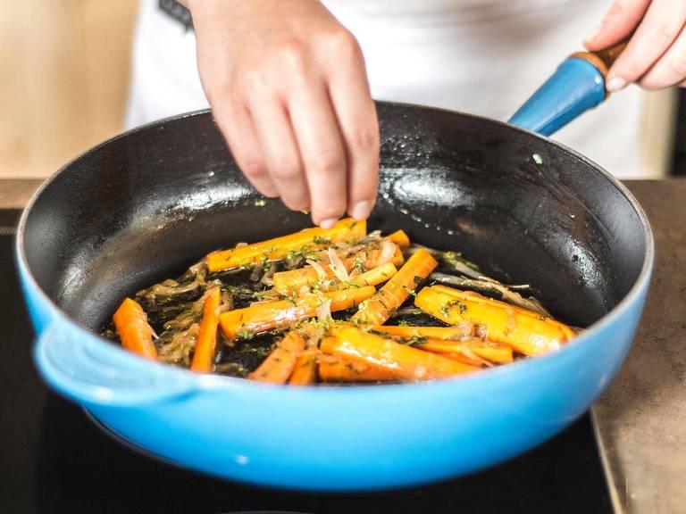 Estragon vom Stiel zupfen, hinzugeben und bei geschlossenem Deckel ca. 5 – 8 Min. garen bis die Karotten weich sind.